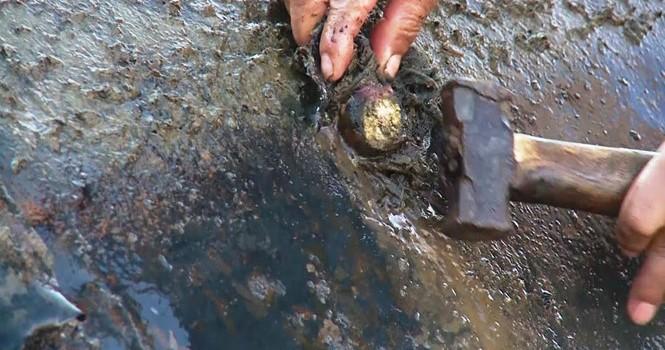 """""""Vá"""" đập cao su đang trữ...10 triệu mét khối nước bằng nêm gỗ quấn màn tuyn"""