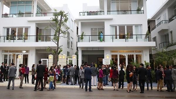 Tập đoàn FLC trao sổ đỏ cho khách hàng mua biệt thự dự án FLC L'Amoura