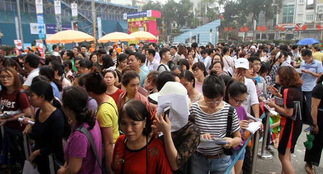 """Hàng ngàn người """"rồng rắn"""" xếp hàng mua vé máy bay giá rẻ Vietnam Airlines"""