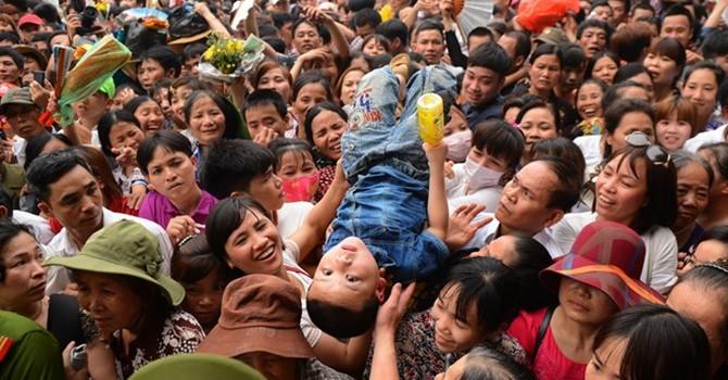 Cuộc giải cứu trẻ nhỏ trong biển người hỗn loạn ở Đền Hùng