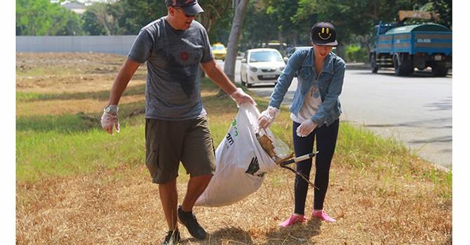 Những ông bà Tây vác bao nhặt rác, làm sạch đường Sài Gòn