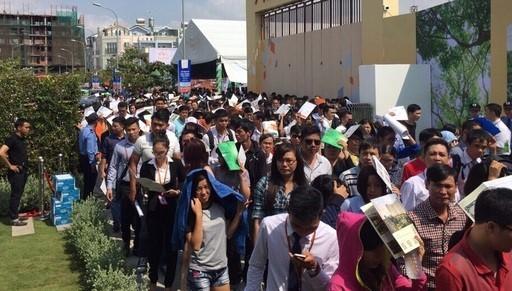 Người dân Sài Gòn vất vả chờ mua nhà giá rẻ