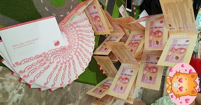 Dùng tiền lưu niệm 100 đồng thành quà khuyến mại