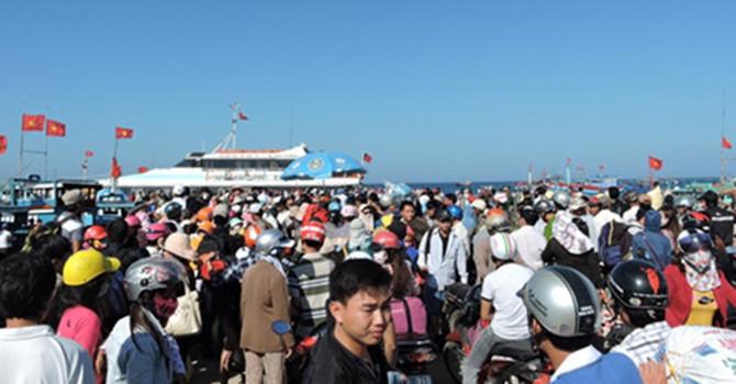 Hàng ngàn du khách chật vật rời đảo Lý Sơn sau kỳ nghỉ