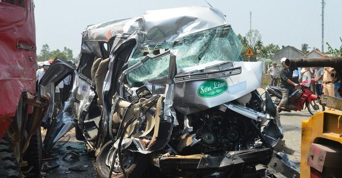 Xe khách vượt ẩu, gây tai nạn liên hoàn thảm khốc