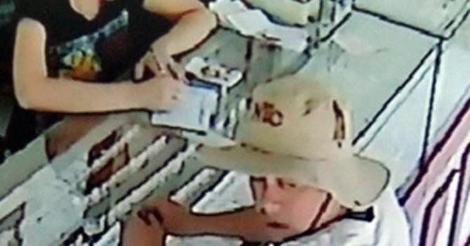 Chủ tiệm vàng té ngửa khi bị đối tượng đánh tráo cả ngàn USD ngay trước camera an ninh