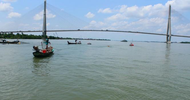 Nước sông Hậu bỗng xanh như... nước biển