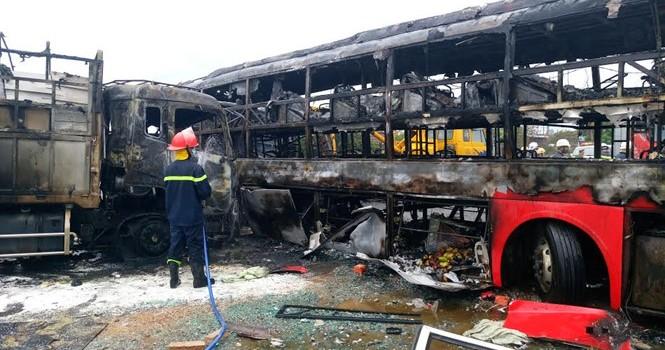 Tai nạn kinh hoàng, cháy rụi 2 xe khách giường nằm, đã có 12 người chết