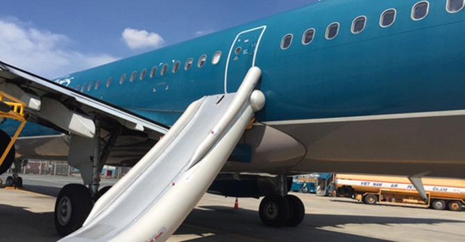 Hành khách lại tự ý mở cửa thoát hiểm máy bay