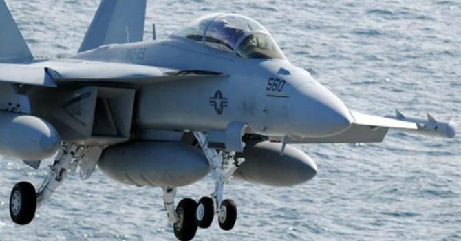 Phi cơ Mỹ hư hỏng khi hạ cánh trên tàu sân bay ở Biển Đông