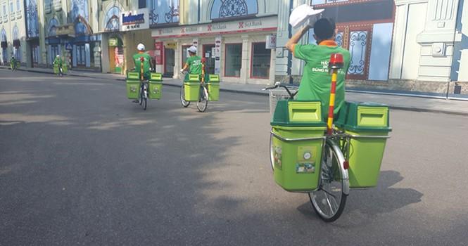 """""""Bắt chước"""" công an, môi trường Hà Nội dùng xe đạp dọn rác"""