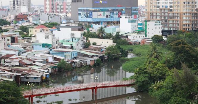 Cầu xây xong rào kẽm gai, cấm dân chung cư ở Sài Gòn sử dụng