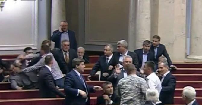 """[Video] Đại biểu quốc hội Ukraine lại tiếp tục """"choảng nhau"""" trên nghị trường"""