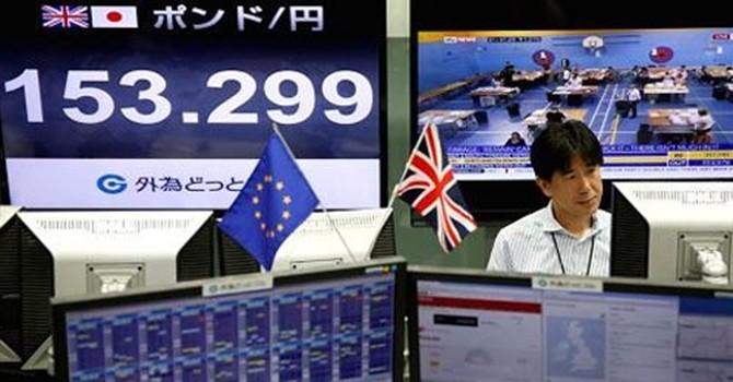 """Nhật gặp """"họa vô đơn chí"""" vì Brexit"""
