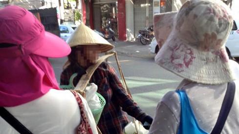"""Bị khách Trung Quốc hành xử thô bạo, chị bán chuối chỉ biết """"khóc ròng""""?"""