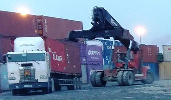 Tái diễn tình trạng dồn hàng, sang tải trước cảng Cát Lái