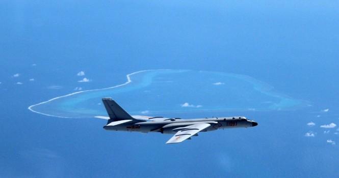 Máy bay ném bom tầm xa Trung Quốc bay qua bãi cạn Scarborough