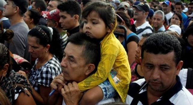 Dân Venezuela khóc khi thấy thức ăn được bán ở Colombia