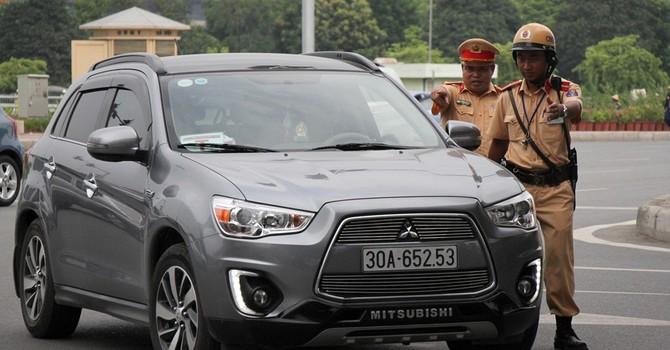 Tước phù hiệu Bộ Công an gắn trái phép trên hàng chục ôtô