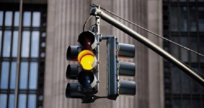 Phạt nặng vượt đèn vàng: Đánh đố người dân?