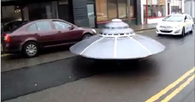 [Video] Nghẹt thở xem cảnh sát đuổi theo UFO ở Ireland