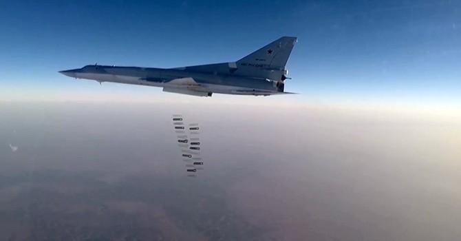 [Video] Máy bay ném bom Nga tiêu diệt sáu kho lớn của IS ở Syria