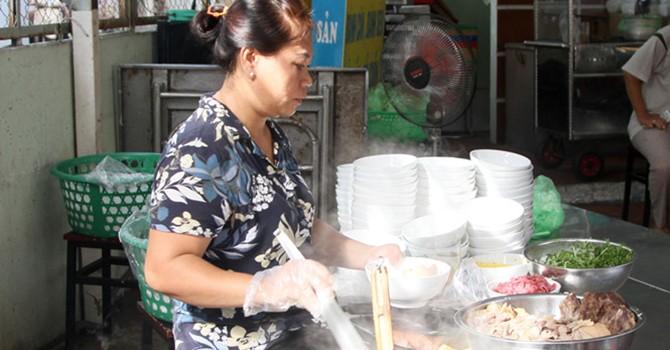 Bún bò Huế ở Sài Gòn cho người không phải... Huế