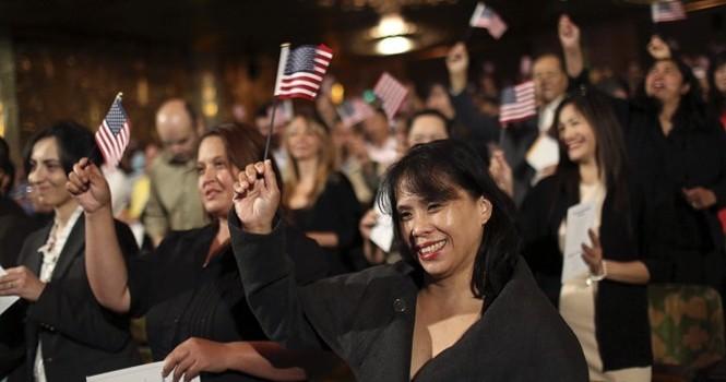 Người nhập cư ở Mỹ: Làm nhiều hơn, nhận lương thấp hơn
