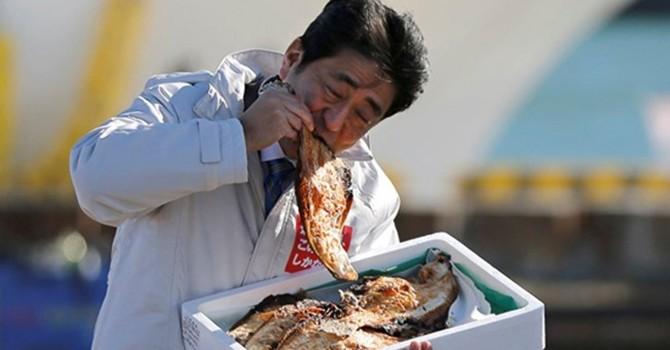 Khi các nguyên thủ uống nước, ăn cá để xử lý khủng hoảng môi trường