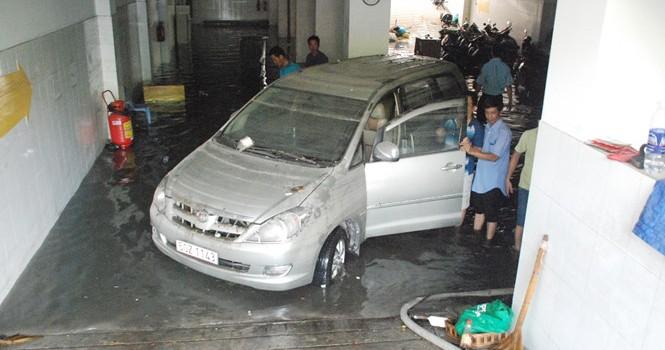 """Dân Sài Gòn vất vả """"giải cứu"""" xe máy, ô tô bị nước ngập trong hầm"""