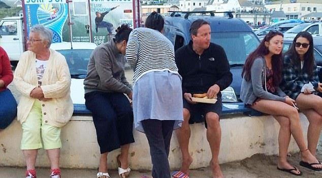 Bức ảnh mới nhất về cựu Thủ tướng Anh Cameron: Quyền lực nay còn đâu?