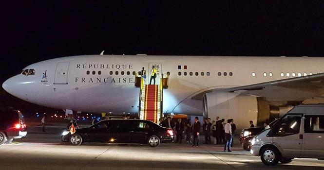 Chuyên cơ chở Tổng thống Pháp hạ cánh xuống sân bay Nội Bài