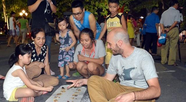 Phố đi bộ Hà Nội: Mục tiêu không phải lợi nhuận hay mấy đồng bán bia!
