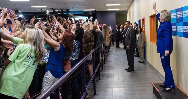 Đám đông nhất loạt quay lưng với bà Hillary để selfie