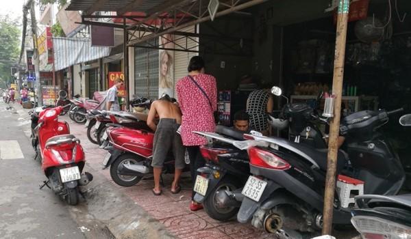 Tiệm sửa xe máy ở Sài Gòn đông nghẹt xe sau cơn mưa lớn tối qua