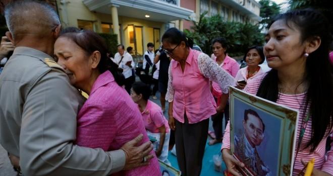 Người Thái Lan òa khóc khi nghe tin nhà vua qua đời