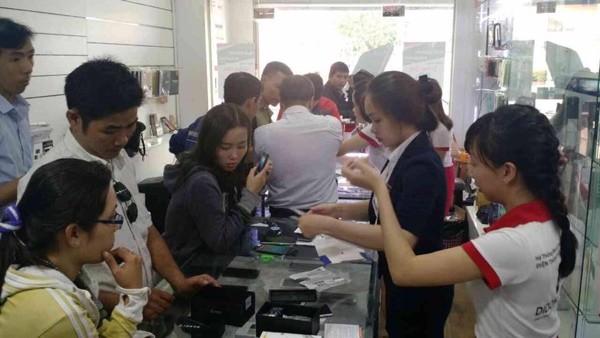 Giảm hơn nửa giá, BlackBerry Passport hút hàng tại TP.HCM