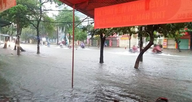 Lũ lụt tại Miền Trung 15/10: Ít nhất 4 người chết, nhiều địa phương bị cô lập, nước vẫn lên