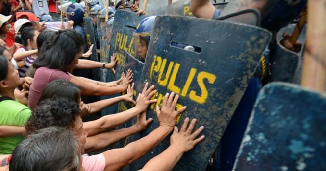 Xe cảnh sát đâm người biểu tình trước Đại sứ quán Mỹ ở Philippines