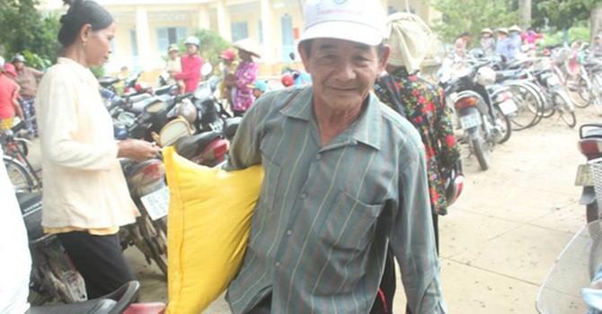Gần 1.000 người dầm mưa đến nhận quà từ gia đình trúng số 92 tỷ