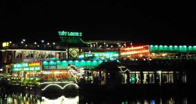 Bất chấp lệnh cấm, nhà hàng nổi Hồ Tây vẫn đón khách