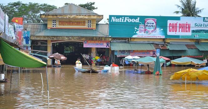 Miền Trung lại choáng váng với mưa lũ