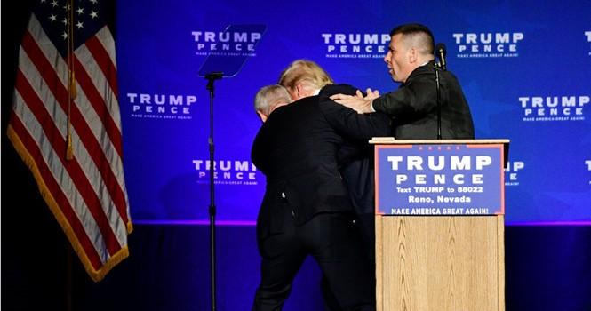 Nhân viên mật vụ vội vã đưa ông Donald Trump rời khỏi sân khấu