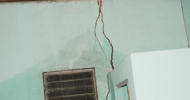 Hàng chục căn nhà nứt toác, lún sâu khiến người Sài Gòn sợ hãi