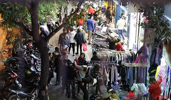 Vừa rét, chợ quần áo vỉa hè đã đông nghịt khách