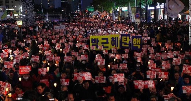 Vì sao tổng thống Hàn Quốc không từ chức?