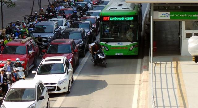 Vì sao cơ quan chức năng chưa xử phạt người lấn làn buýt nhanh?