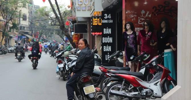 Công an phường vừa nghỉ, vỉa hè Hà Nội lập tức kín xe máy