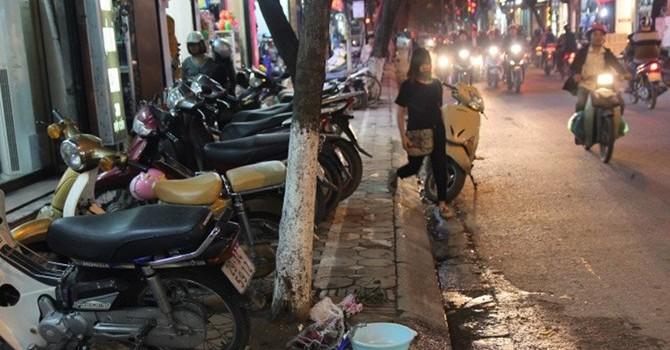 Vỉa hè Hà Nội: Né vạch vôi, tránh cột điện, nhường gốc cây, dân đi lối nào?