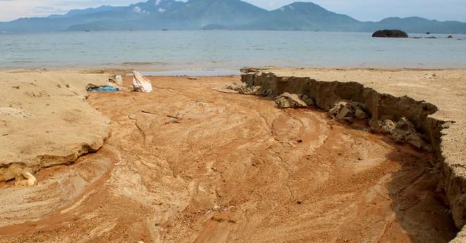 Bùn đất từ công trình không phép chảy xuống biển Đà Nẵng